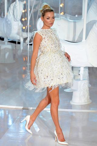 Кейт Мос представи прелестна бяла рокля с пера на ревюто на Louis Vuitton за Пролет-Лято 2012
