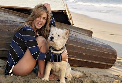 Дженифър Анистън с куче на плажа