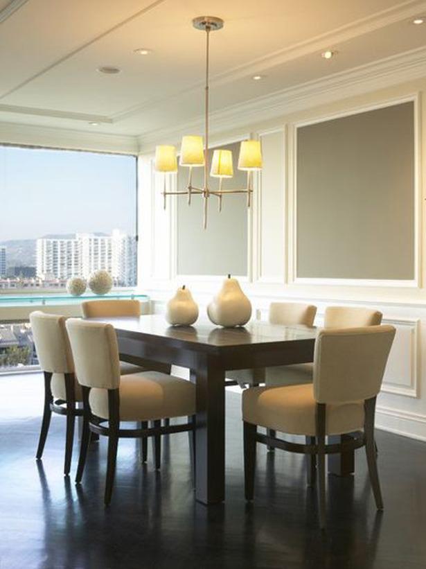 Модерна трапезария с тъмна маса и столове с тъмни крака и бяла седалка
