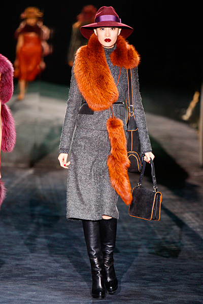 Права пола под коляното и дълго сако в сиво Gucci Есен-Зима 2011