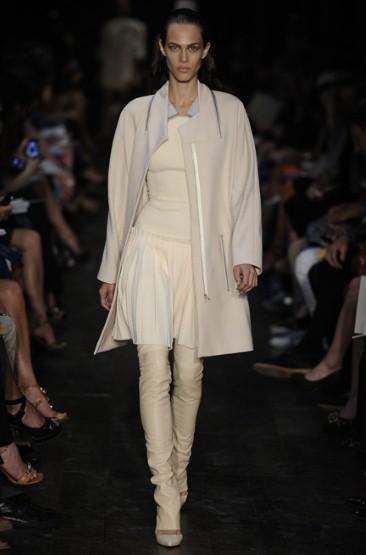 Кремава туника със светло сиво дълго сако Victoria Beckham Пролет-Лято 2012