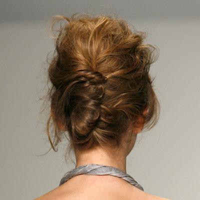Небрежно разрошена коса във френски кок