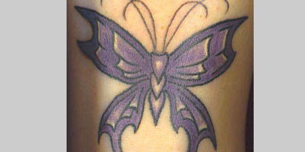 Татуировка лилава пеперуда на китката