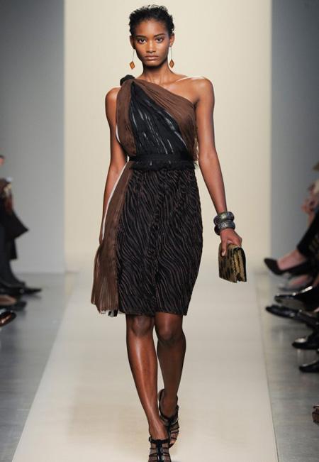Ефирна рокля с едно рамо кафяво и черно Bottega Veneta пролет 2012