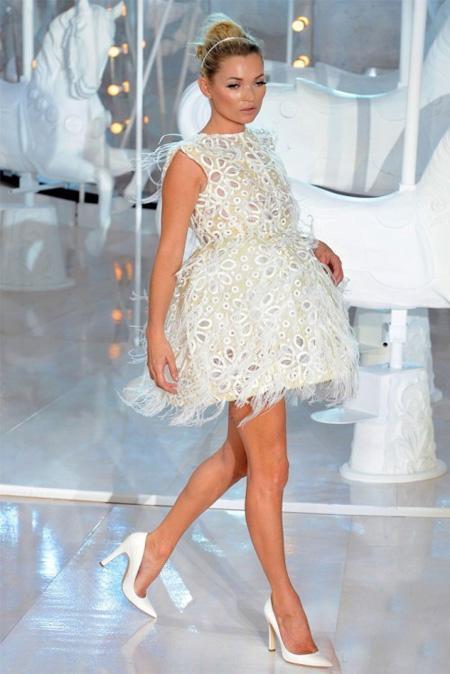 Бяла рокля с пера Louis Vuitton пролет 2012