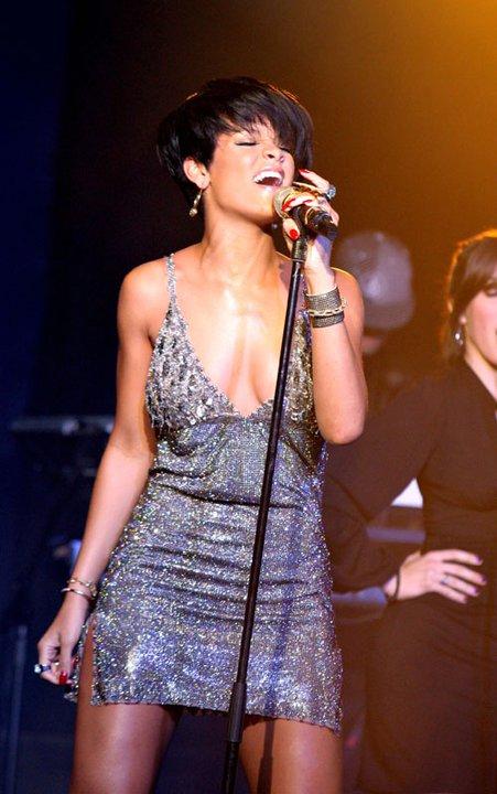 Риана в сребриста рокля с пайети