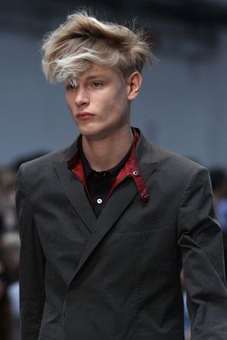 Мъжка прическа с дълга коса отгоре с изнесени напред кичури