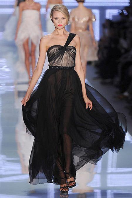 Дълга ефирна рокля в черно с корсет и една презрамка Christian Dior пролет 2012