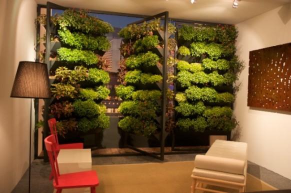 Тераса със стени с растения