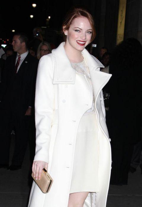 Ема Стоун в бяла рокля с бяло палто