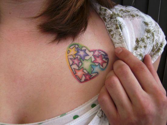 Татуировка шарено сърце над гърдите