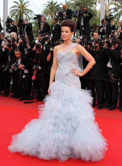 Кейт Бекинсейл с вечерна рокля тип бална в пепеливо сиво