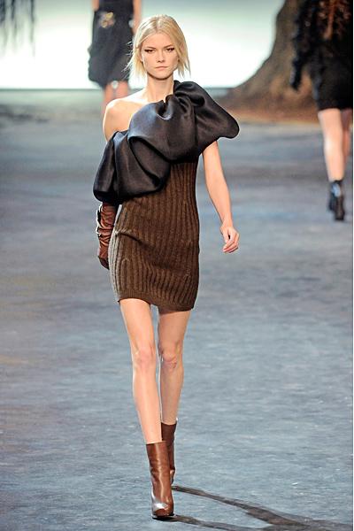 Плетена кафява рокля по тялото с черна панделка диагонално Lanvin Есен-Зима 2011