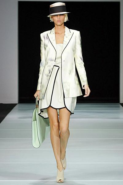 Бяла рокля със светло дълго сако Emporio Armani Пролет-Лято 2012