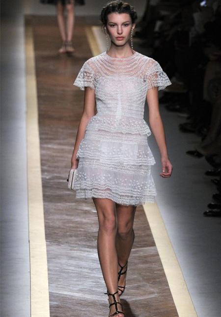 Нежна дантелена рокля на волани Valentino пролет 2012