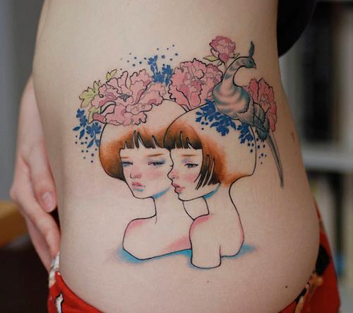 Татуировка две близначки с цветя и птица