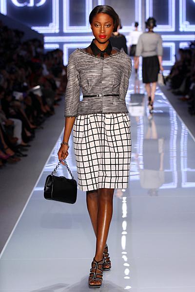 Бяла пола с черно каре и сиво сако Dior Пролет-Лято 2012