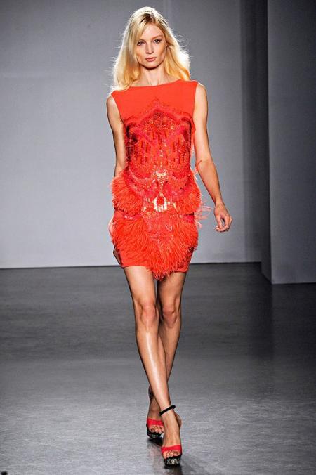 Малка червена рокля с пайети и ресни Matthew Williamson пролет 2012