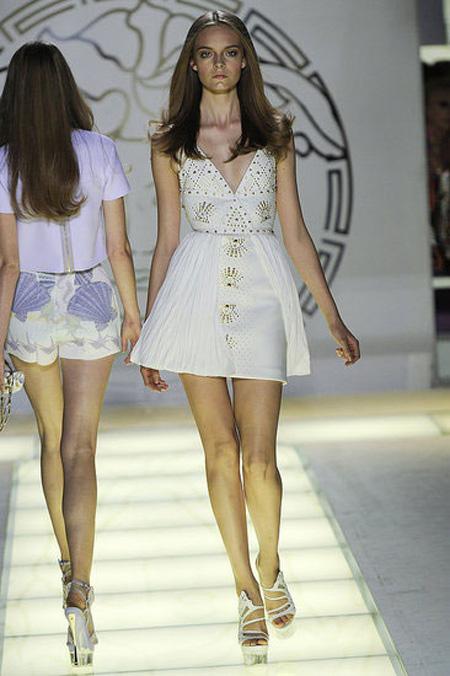 Много къса бяла рокля с бродерии Versace пролет 2012