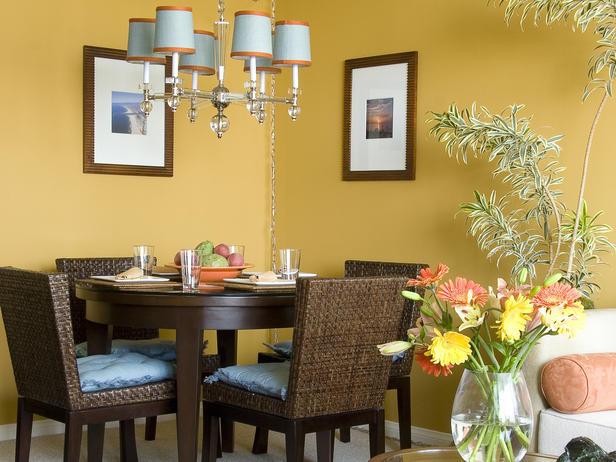 Интериор за трапезария с жълти стени и плетени столове