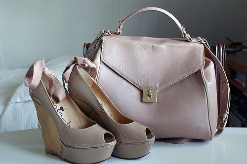 Голяма бежова чанта кожа и обувки на платформа с отворени пръсти