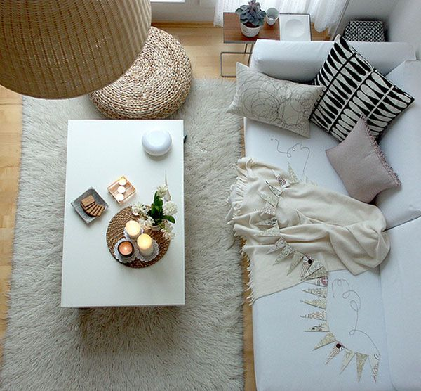 Уютен интериор за хол с ратанова обла табуретка