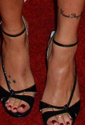 Кейти Касиди - татуировки звездички и надпис на глезена
