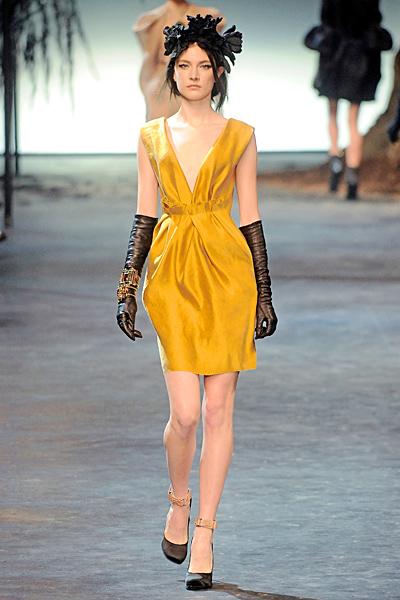 Коктейлна рокля в лимонено жълто с остро деколте Lanvin Есен-Зима 2011