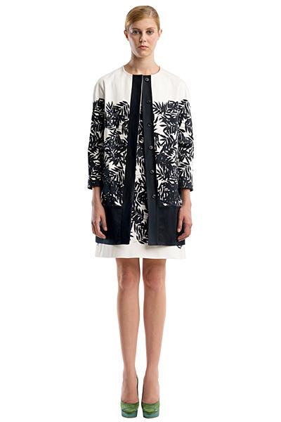 Къса бяла рокля с черни шарки и пасващо палто Ваканционна колекция Peter Som 2012