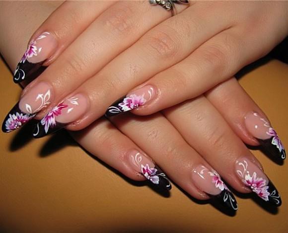 Маникюр за дълги нокти с черни връхчета и розови цветя