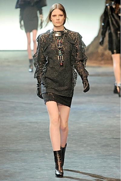 Екстравагантна къса рокля от черна дантела с декоративни волати встрани Lanvin Есен-Зима 2011
