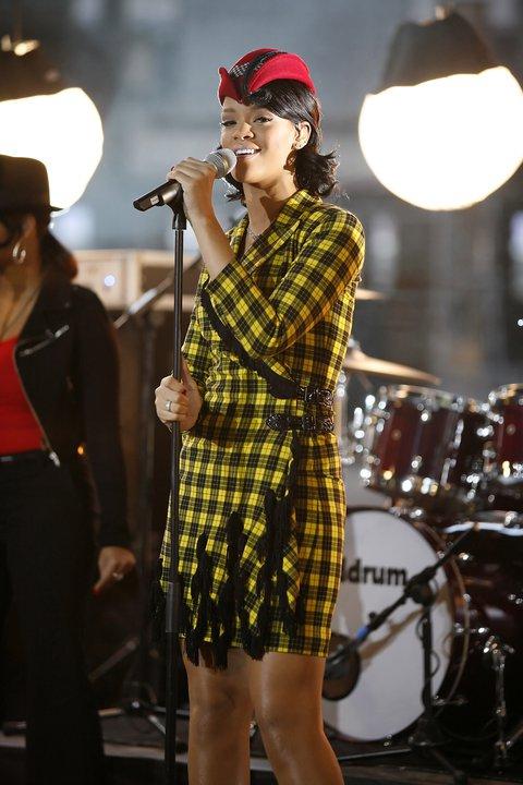 Риана в рокля каре жълто и черно