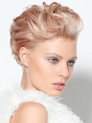 Къса обемна прическа за руса коса 2011