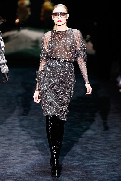 Полупрозрачна черна рокля на малки бели точки Gucci Есен-Зима 2011