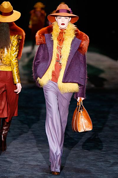 Бледо лилав панталон с ръб, жълт елек и лилаво късо палто Gucci Есен-Зима 2011