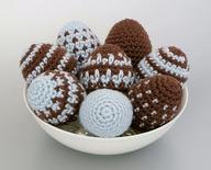 Великденски яйца украсени с плетена обвивка