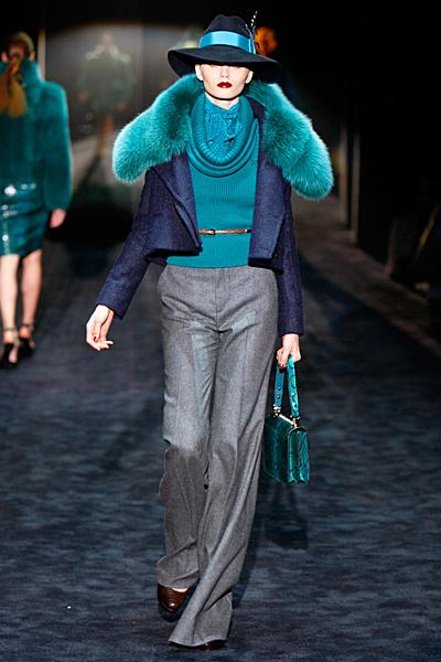 Панталон с ръб, син пуловер и синьо сако с кожена яка Gucci Есен-Зима 2011
