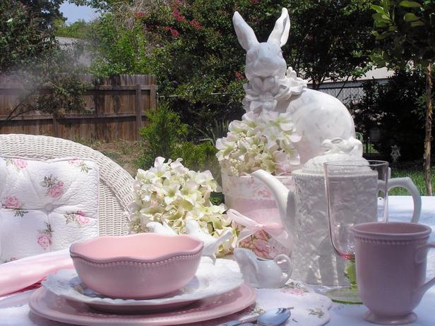 Декорация за масата на Великден в бяло и розово