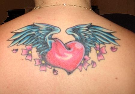 Татуировка сърце с крила на гърба под тила