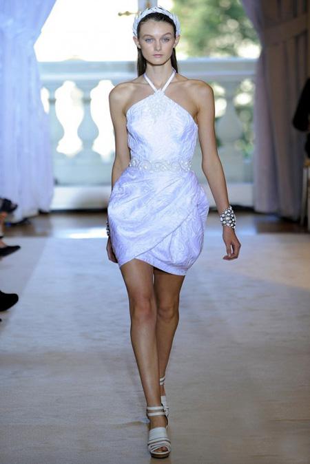 Къса бяла рокля с кръстосани презрамки Andrew Gn пролет 2012