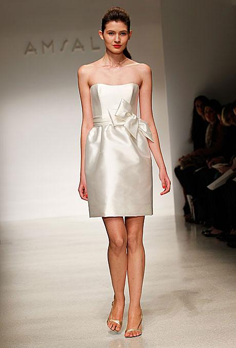 Къса сатенена булчинска рокля с панделка Amsale пролет 2012