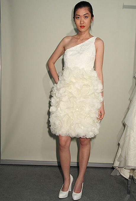 Къса булчинска рокля с едно рамо с надиплена пола E. Lebron пролет 2012
