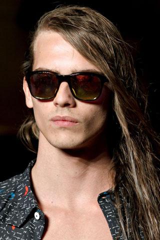 Мъжка прическа за дълга коса с ефект мокри кичури