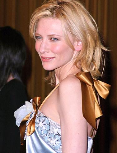 Кейт Бланшет в много красива рокля с цвете