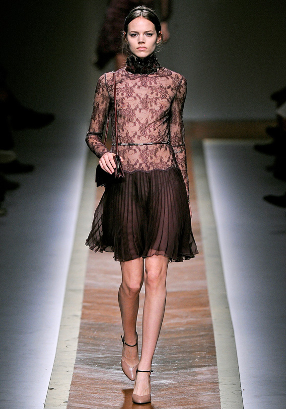 Valentino стилна рокля къса телесен цвят с черна дантела есен-зима 2011
