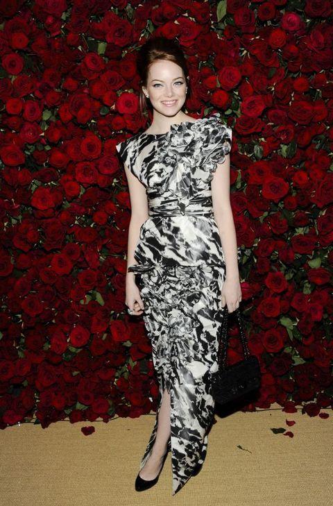 Ема Стоун във вечерна рокля в бяло и черно
