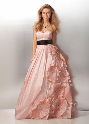 Дълга бална рокля бледо розова с черен колан с големи цветя 2012