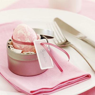 Великденско яйце в розово с бели пръски