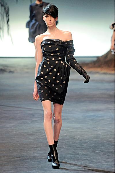 Черна къса рокля с един ръкав на ретро бели точки Lanvin Есен-Зима 2011