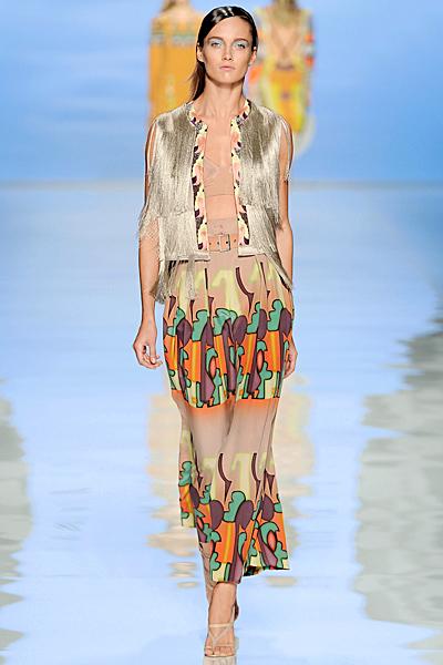 Дълга цветна пола, топ в бежово и елек на ресни Etro Пролет-Лято 2012